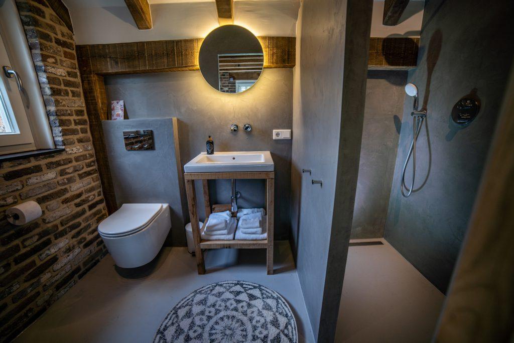 Volledig uitgeruste badkamer