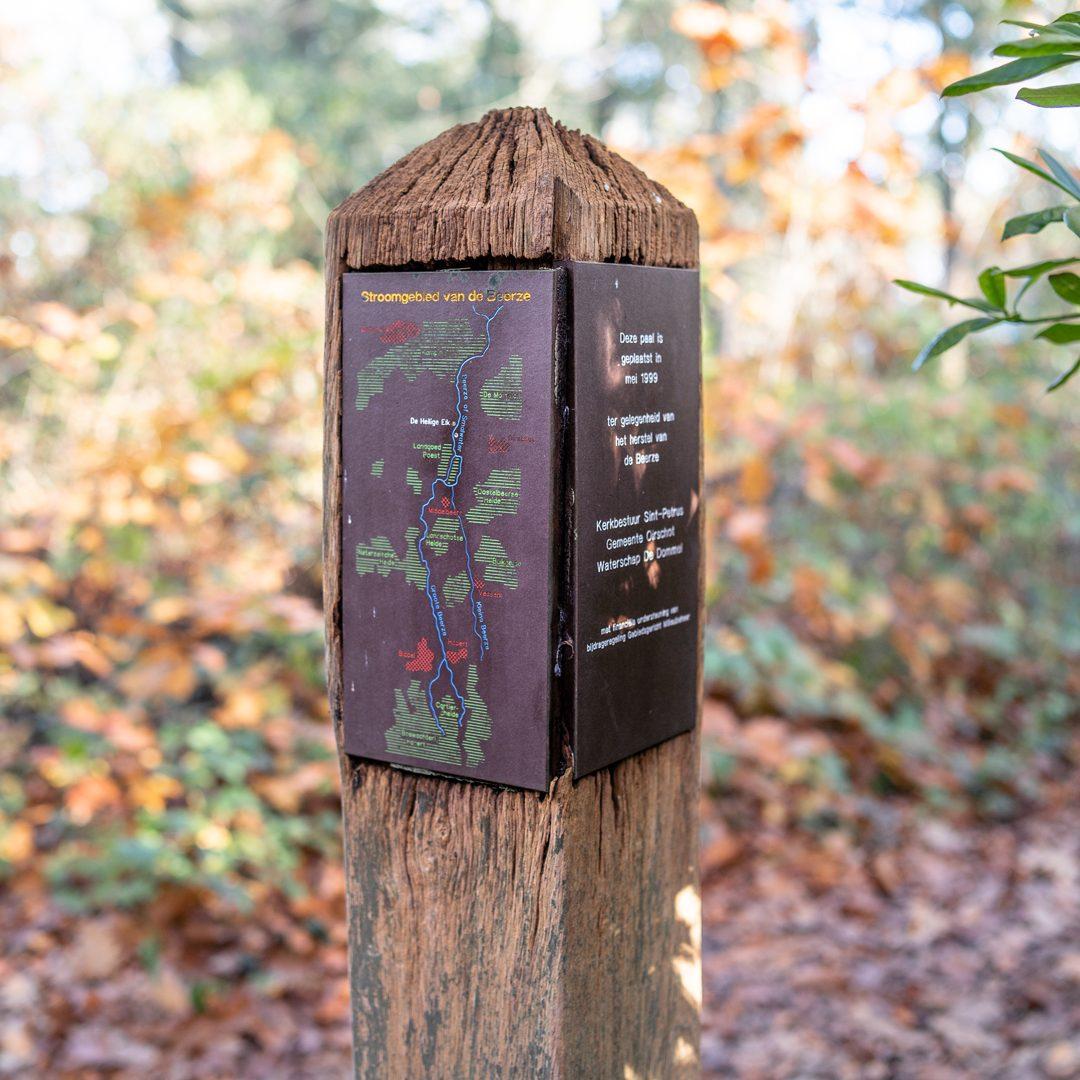 Informatiepaaltje bij een bospad